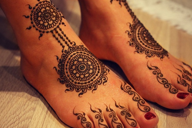 Round Mehendi Design For Feet