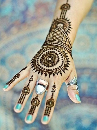 Stylish Round Mehendi Design For Back