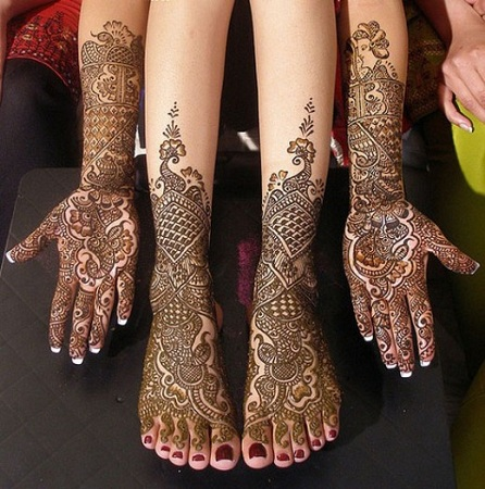 Stylish complete mehendi design for bride