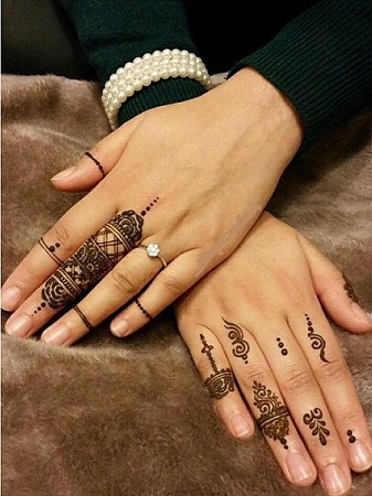 minimalist mehendi design for fingers