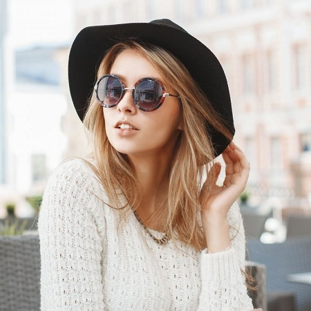Long Sleeve Clothes With Broad Hat and Sunglasses